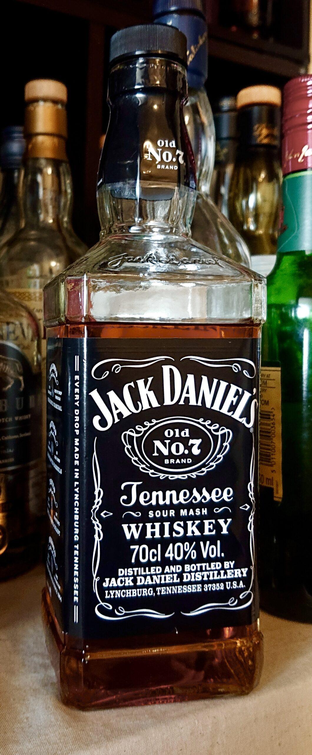 ジャックダニエル・ブラック(Old No.7)のテイスティング&レヴュー・テネシー初、世界一売れている大定番ウイスキー!チャコールメローイング製法が生み出すクリアでメープルスイートな酒!